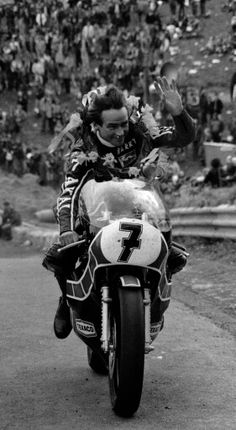 Barry Sheene Bazza at Caddy 1980 Grand Prix, Motorcycle Racers, Old Bikes, Champions, Road Racing, Motogp, Cars And Motorcycles, My Hero, Scooters