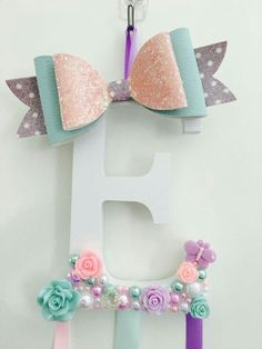 Easy Bedroom Storage Ideas for Girls Bedrooms - Hair Accessories Organizer Hair bow holder Diy Hair Bows, Diy Bow, Ribbon Hair, Ribbon Bows, Ribbon Flower, Fabric Flowers, Hair Clip Organizer, Organizing Hair Accessories, Girls Accessories