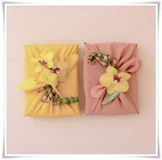 Furoshiki - Embrulho japonês com lençoFuroshiki é uma técnica japonesa de fazer embrulhos com um lenço. Não precisa ser bem um lenço para fazer furoshiki, basta um pedaço de tecido cortado de forma quadrada. Usando furoshiki você pode fazer embrulho de presente e a grande vantagem é que o lenço ou tecido não é descartável e pode ser usado pra outra coisa depois, além do mais, se for um lenço ou um tecido de boa qualidade, você estará dando dois presentes: o presente e o lenço.