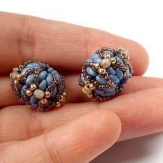 Kulička je hotová. Obdobně si můžete vytvořit více šitých kuliček, které pak můžete spolu sdalšími korálky navléci na lanko a vytvořit si tak luxusní náhrdelník či náramek.