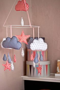 DIY-Ideen: Ein süßes Mobile selber machen – so geht's! DIY Ideas: Make a cute mobile yourself – that's how it's done! Homemade Baby Mobiles, Homemade Mobile, Diy 2019, Diy Home Decor Rustic, Diy Bebe, Diy Accessoires, Diy Presents, Farmhouse Style Decorating, Simple Colors