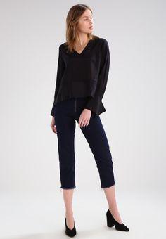 ¡Cómpralo ya!. Topshop BOUTIQUE Blusa black. Topshop BOUTIQUE Blusa black Ofertas   | Material exterior: 100% seda | Ofertas ¡Haz tu pedido   y disfruta de gastos de enví-o gratuitos! , blusas, blusa, blusón, blusones, blouses, blouse, smock, blouson, peasanttop, blusen, blusas, chemisiers, bluse. Blusas  de mujer color negro de Topshop BOUTIQUE.