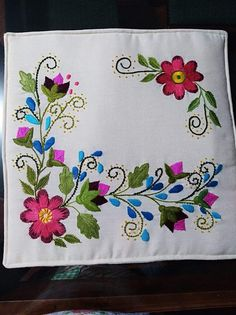 Cushion Embroidery, Diy Embroidery Patterns, Hand Embroidery Videos, Flower Embroidery Designs, Hand Embroidery Stitches, Yarn Wall Art, Crochet Flower Tutorial, Applique Quilts, Embroidery Stitches