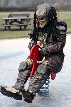 Alien Loves Predator UK, The Friendly Real-World Adventures of Two Costumed Film Characters cosplay predator parque Alien Vs Predator, Predator Costume, Predator Movie, Predator Alien, Epic Cosplay, Cosplay Costumes, Awesome Cosplay, Fiction Movies, Science Fiction