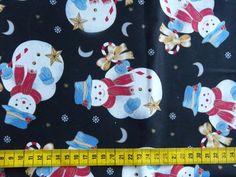 Kerst - Katoenen stof met een print van grote sneeuwmannen op een zwarte achtergrond