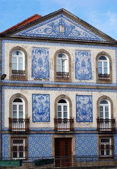 Façade du palais des vicomtes de Granja, Aveiro, Portugal. Panneaux d'azulejos de la Fabrique de Fonte Nova, 1908.