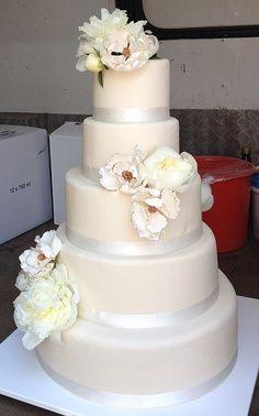 wit/zilver taart met witte bloemen