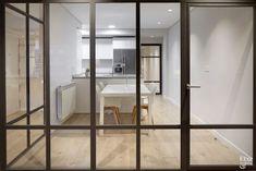Cristalera de separación entre la cocina y la sala de estar.: Cocinas de estilo moderno de Etxe&Co