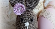 Breng kleur en sfeer in huis met een zelfgehaakt paasfiguur.  Mevrouwtje Langoor is op visite en ze is best lief & grappig.      Met een eig... Funny Bunnies, Projects To Try, Crochet Hats, Hug, Cupcake, Crafts, Rabbits, Amigurumi, Figurine