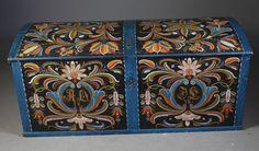 Rosemalt kiste i eik med eierinitialer og dat. 1878, Agder. L: 124 cm.
