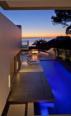 Seaside home perched above Laguna Beach with relaxed indoor-outdoor living Indoor Outdoor, Outdoor Pool, Outdoor Living, Outdoor Fire, Backyard Patio, California Beach, California Homes, Southern California, Laguna Beach