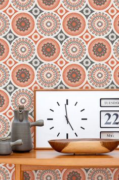 A sunny day in a Spanish finca with colourful Majorcan craftsmanship on every wall. Stylised flowers in the cheerful colour combo red-orange and um. Flower Power, Orange Wallpaper, Retro Wallpaper, Orange Tapete, Color Naranja, Color Combos, Sunny Days, Pattern Design, Gallery Wall