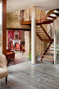 Ein ausgefallener Antiker Eichenboden in Schieferoptik wird mit einer brick wall Wand kombiniert. Auch die Treppe ist ein Hihglight. Bild: Fa. Bach