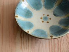 皿- 沖縄の陶器 (やちむん):ノモ陶器製作所【gallery shop kufuu】作家作品の販売・通販 Ceramic Pottery, Ceramic Art, Japanese Pottery, Okinawa, Glaze, Porcelain, Sculpture, Tableware, Crafts