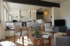 Pièce à vivre ouverte sur cuisine avec verrière, chic et chaleureuse dans un appartement à Orsay, par l'agence d'architecture d'intérieur ADC l'atelier d'à côté