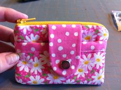 Diy Bags Purses, Fabric Purses, Diy Purse, Small Coin Purse, Small Sewing Projects, Bag Patterns To Sew, Patchwork Bags, Kids Bags, Pencil Pouch