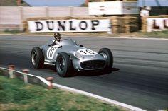 f1 Juan Manuel Fangio, aquí en Gran Bretaña a bordo de su Mercedes en 1955.