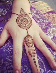 Here you gets some amazing new simple mehndi design Henna Hand Designs, Eid Mehndi Designs, New Simple Mehndi Designs, Mehndi Designs Finger, Mehndi Designs For Beginners, Mehndi Design Pictures, Mehndi Designs For Fingers, Beautiful Henna Designs, Latest Mehndi Designs
