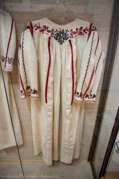 Camasa cu platca din Oltina, Dobrogea – Sezatoare Constanta Folk Embroidery, Learn Embroidery, Embroidery Patterns, Peasant Blouse, Kimono Top, Folk Costume, Costumes, Anthropologie, Tops