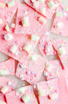 Sparkly, shimmery, magical, pink Unicorn bark for the pretty princess in your life :) Party Unicorn Bark Rosa Snacks, Pink Snacks, Pink Chocolate, Chocolate Bark, Pink Sweets, Unicorn Foods, Cute Desserts, Pink Desserts, Rainbow Desserts