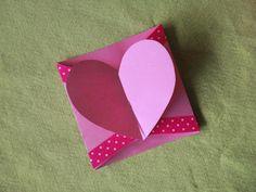 Tarjeta, postal o invitación con cierre en forma de corazón