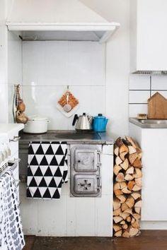 Saana Ja Olli House Call in Finland, Remodelista Rangement du bois Decor, Scandinavian Kitchen, Kitchen Dining, Scandinavian Kitchen Design, Interior Design Blog, Kitchen Decor, Scandinavian Home, Beautiful Kitchens, Kitchen Stove