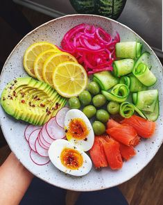 Made with natural ingredients Keto Diet helps promote ketosis to support healthy weight loss. Kick start with weight loss journey with Keto Diet. Healthy Fruits, Healthy Foods To Eat, Healthy Life, Healthy Eating, Eating Vegan, Salade Healthy, Diet Recipes, Healthy Recipes, Keto Nutrition