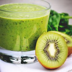 Grön smoothie – enkelt och nyttigt recept Healthy Drinks, Healthy Recipes, Healthy Food, Kiwi, Smoothies, Cucumber, Delish, Juice, Food And Drink
