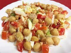 Aprende a preparar ensalada de garbanzos con tomate y huevo con esta rica y fácil receta. ¡Que no te engañe el nombre de la receta! Que se trate de una ensalada no...