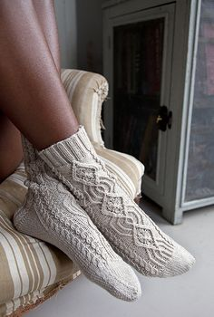Nothing warms feet like a cozy pair of cabled socks. The prominent front cable, flanked by smaller twists, extends down to the toes. Twisted Stitch Socks by Manuela Burkhardt Knitting Stitches, Knitting Socks, Hand Knitting, Crochet Socks, Knit Crochet, Wool Socks, Knitting Patterns, How To Wear, Slippers