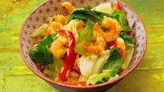 Wir laden euch ein zu einer kulinarischen Reise nach Singapur. Packt dazu einfach Pak Choi, Paprika, Reis, Öl und Garnelen zusammen, nehmt eine Wok-Sauce mit Curry und Zitronengras dazu und los geht's.