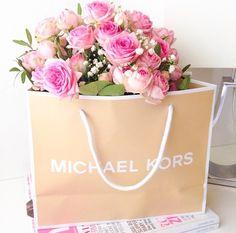 Image via We Heart It https://weheartit.com/entry/169725656/via/30008616 #bag #decor #diy #flowers #gift #gold #MichaelKors #mk #pink #room #roses