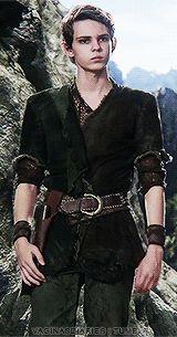 Robbie Kay as Peter Pan. У него такое идеальное телосложение, что все, попадающие в кадр рядом с ним, выглядят оглоблями. Девушки тоже.