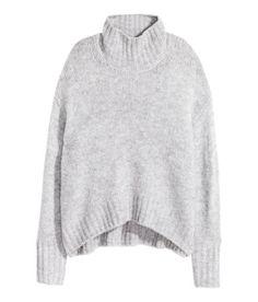 À ne pas manquer ! Pull ample en douce maille de laine mélangée. Modèle avec col roulé côtelé et couture d'épaule descendue. Finition bord-côte à la base et en bas des manches longues. Plus de longueur dans le dos. – Rendez-vous sur hm.com pour en savoir plus.