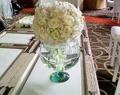 Arreglo de rosas blancas en jarrón redondo / Centro de mesa para boda / Fiorelle