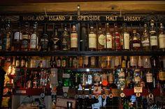 Un bar à whisky et malt Speyside  sur la Route du Whisky en Ecosse !  #whisky #bar #scotch #ecosse #alainntours #scotland #vacances #routeduwhisky #speyside #whiskey Scotch, Malt Whisky, Cocktails, Drinks, Cellar, Bourbon, Liquor Cabinet, Whiskey, Scotland