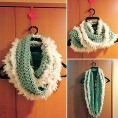 短時間で簡単に編めるかぎ針のスヌードの編み方と編み図を紹介しているページです。凝って見える模様編みですが実際には簡単に編めますので初心者の方にもおすすめのスヌードです。 Cowl Scarf, Crochet Fashion, Crochet Earrings, Blanket, Sewing, Knitting, Diy Crafts, Knit Crochet, Crochet Patterns