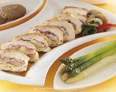 Hozzávalók: 4 közepes nagyságú fél csirkemellfilé (60-70 dkg), 8-12 vékony szelet finom füstölt sonka, 8-12 vékony szelet trappista sajt, só, őrölt fehér bors, kb. 3 evőkanál finomliszt, 2 nagy tojás, kb. 6 evőkanál olaj a sütéshez ... Sausage, Pork, Favorite Recipes, Meals, Kale Stir Fry, Meal, Sausages, Pork Chops, Yemek