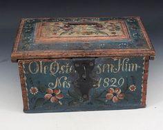 Rosemalt kisteskrin med blå bunnfarge, eiernavn og dat. 1829. L: 36 cm., ny lås. Prisantydning: ( 1500 - 2000) Solgt for: 3300