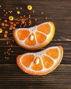 154 отметок «Нравится», 7 комментариев — Irina Akinina (@miravetrennaya) в Instagram: «Мы делили апельсин, много нас,а он  один  #ручнаяработа #брошьизбисера #брошьдолька #handmade…»