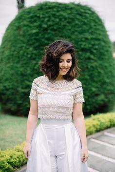 """second dress"""" foi inesperado para uma noiva. O design é lindo e basicamente consiste em um macacão tomara que caia, uma saia com bolsos por cima do macacão e uma blusa bordada artesanalmente com brilho e no tom champagne."""