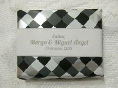 Jabón artesanal como detalle de boa, con papel estampado y cinta decorativa personalizada.
