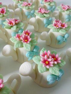 Bombom regador Fondant Cupcake Toppers, Fondant Cakes, Cupcake Cookies, Fondant Rose, Fondant Baby, Fondant Flowers, Marzipan, Chocolate Fondant, Modeling Chocolate