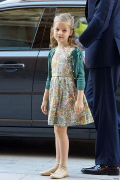 Princess Leonor Photos - Princess Leonor of Spain attends Easter Mass at the Cathedral of Palma de Mallorca on March 2013 in Palma de Mallorca, Spain. - Spanish Royals Attend Easter Mass in Palma de Mallorca Little Girl Fashion, Toddler Fashion, Fashion Kids, Look Fashion, Outfits Niños, Outfits For Teens, Little Girl Outfits, My Little Girl, 8 Year Old Girl