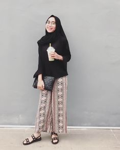 Wide pants or palazzos Street Hijab Fashion, Muslim Fashion, Fashion Wear, Fashion Outfits, Classy Fashion, Party Fashion, Style Fashion, Casual Hijab Outfit, Ootd Hijab