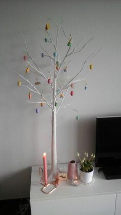 Van #kerst- tot #paasboom // #easter #happyeaster #Hema #interieur #interieus #decoreren #Ikea #Hay #paaseitjes #kandelaar #vaasje