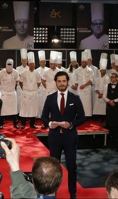 Plutôt agréable le rendez-vous qu'a honoré le prince Carl Philip de Suède ce jeudi, sans son épouse la princesse Sofia, née Hellqvist, enceinte de leur premier enfant. Le fils du roi Carl XVI Gustaf et de la reine Silvia participait au jury du concours gastronomique suédois du Chef de l'année.