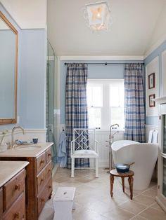 maritimes Bad in Weiß, Hellblau und Holz