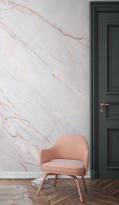 Sie würden möglicherweise nicht die rosa in der Marmor-Effekt Tapete bemerken, es ist so subtil, aber dieser Stuhl hebt es perfekt.