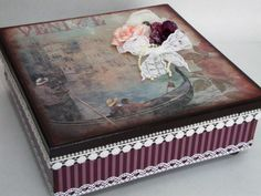 Caixa Multi-Uso forrada com papel de scrap na parte externa e pintada na parte interna, com pes